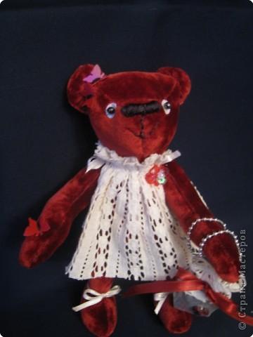 маленький медведик 15 см ростом из винтажного плюша; наполнитель - синтепух, лапки на нитяных шарнирах, двигаются. Платьице из винтажного кружевного полотна, сумочка - из парчи. на голове и лапке - бабочки-пайетки, глазки - пайетка+бусинка, носик вышит вощеными нитками. фото 2