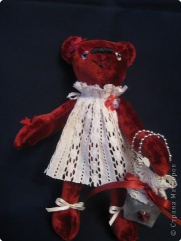 маленький медведик 15 см ростом из винтажного плюша; наполнитель - синтепух, лапки на нитяных шарнирах, двигаются. Платьице из винтажного кружевного полотна, сумочка - из парчи. на голове и лапке - бабочки-пайетки, глазки - пайетка+бусинка, носик вышит вощеными нитками. фото 3