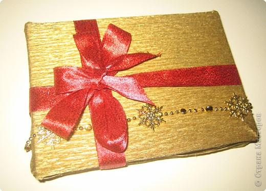 Мы все любим дарить и получать подарки, а красиво упакованные подарки получать вдвойне приятно.  Вот такие гномики-украшения получились из обычных деревянных прищепок. фото 3