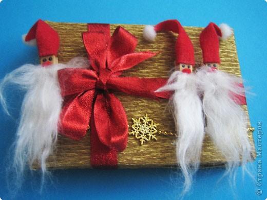 Мы все любим дарить и получать подарки, а красиво упакованные подарки получать вдвойне приятно.  Вот такие гномики-украшения получились из обычных деревянных прищепок. фото 12