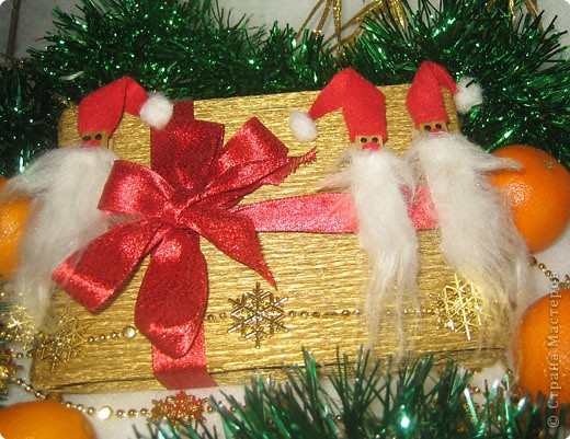 Мы все любим дарить и получать подарки, а красиво упакованные подарки получать вдвойне приятно.  Вот такие гномики-украшения получились из обычных деревянных прищепок. фото 1