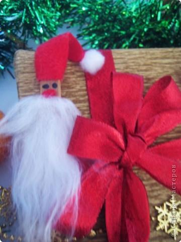 Мы все любим дарить и получать подарки, а красиво упакованные подарки получать вдвойне приятно.  Вот такие гномики-украшения получились из обычных деревянных прищепок. фото 14