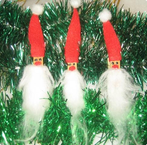 Мы все любим дарить и получать подарки, а красиво упакованные подарки получать вдвойне приятно.  Вот такие гномики-украшения получились из обычных деревянных прищепок. фото 15