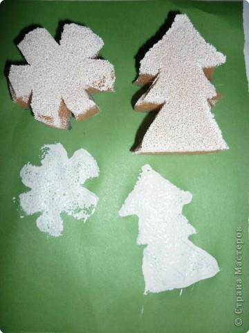 Печать губкой: Печатаем губкой ёлочки и снежинки. фото 2