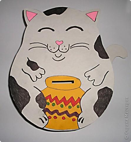 Кота Саша сделала на кружке рисования.Он состоит из двух частей(мордочка и спинка с хвостом),соединенных между собой склееной в цилиндр полосой из картона фото 1