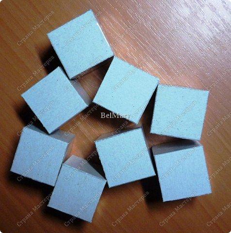 Кубик-трансформер - интересная поделка. Из этой поделки легко сделать сувенир - подвижный календарь, или головоломку по сбору из отдельных кусочков изображения единой картинки. На сторонах кубика можно разместить 9 разных картинок - шесть квадратных снаружи и три прямоугольных внутри. фото 3