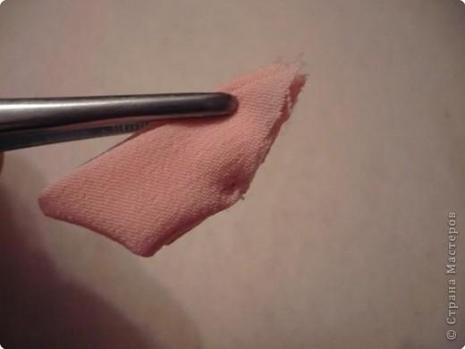 Вот такая канзаши получилась на этот раз. Для ее изготовления мне понадобилось 6 квадратов 5 на 5 см крепа(остатки от платья :-)) и 6 квадратов 5 на 5 см органзы (тоже остаток от занавески...), бусинки, клей, пинцет, зажигалка, нитки с иголкой, кусочек картона, ножницы. фото 9