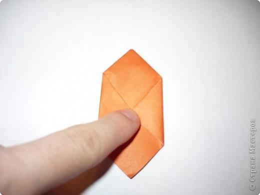 Вот такая канзаши получилась на этот раз. Для ее изготовления мне понадобилось 6 квадратов 5 на 5 см крепа(остатки от платья :-)) и 6 квадратов 5 на 5 см органзы (тоже остаток от занавески...), бусинки, клей, пинцет, зажигалка, нитки с иголкой, кусочек картона, ножницы. фото 4
