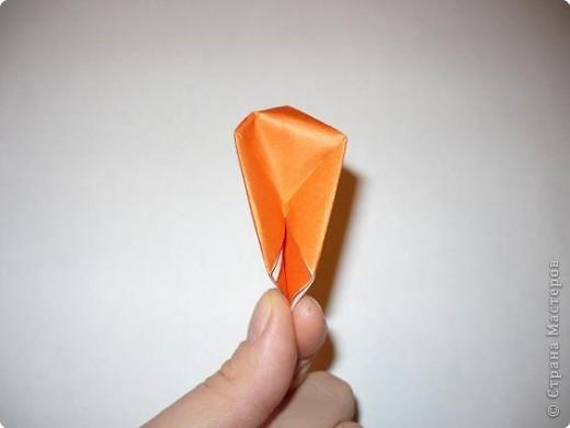 Вот такая канзаши получилась на этот раз. Для ее изготовления мне понадобилось 6 квадратов 5 на 5 см крепа(остатки от платья :-)) и 6 квадратов 5 на 5 см органзы (тоже остаток от занавески...), бусинки, клей, пинцет, зажигалка, нитки с иголкой, кусочек картона, ножницы. фото 7