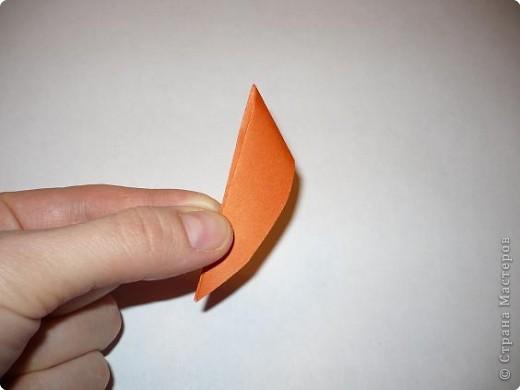 Вот такая канзаши получилась на этот раз. Для ее изготовления мне понадобилось 6 квадратов 5 на 5 см крепа(остатки от платья :-)) и 6 квадратов 5 на 5 см органзы (тоже остаток от занавески...), бусинки, клей, пинцет, зажигалка, нитки с иголкой, кусочек картона, ножницы. фото 12