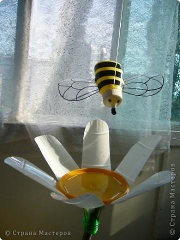 Это - соседка моей Стрекозы. Сделана она из бутылочки от горчицы, а крылышки - из пластиковой бутылки. Полосочки на туловище - черный скотч, а сеточка на крылышках, глазки и носик - черный маркер. Но лучше вместо маркера использовать акриловые краски. фото 2
