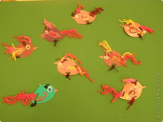 вот такие птички из картона и ниток, делали с детками старших групп. фото 3