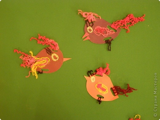 вот такие птички из картона и ниток, делали с детками старших групп. фото 2