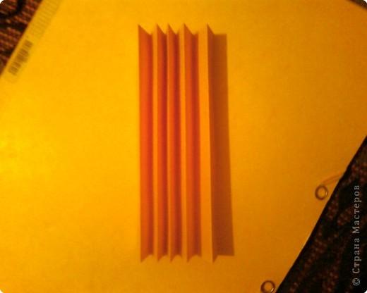Берём лист двусторонней цветной бумаги, разрезаем пополам и из одной половинки делаем гармошку. Ширина полоски гармошки 1.5 - 2 см. фото 1