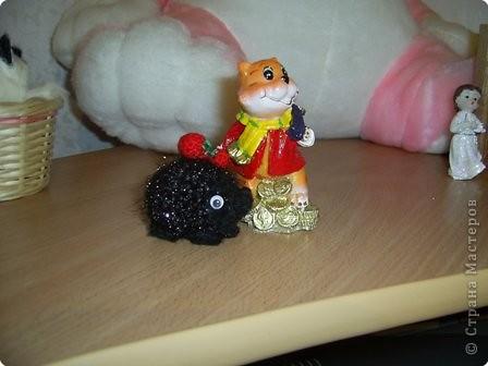 Вот такой ёжик с ягодками стал подарком в зимние морозы фото 2