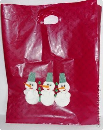Прочный фирменный пакет для подарков. Логотип закрыт аппликацией из ватных дисков фото 1