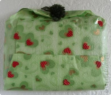 Прочный фирменный пакет для подарков. Логотип закрыт аппликацией из ватных дисков фото 5