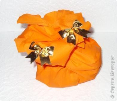 Прочный фирменный пакет для подарков. Логотип закрыт аппликацией из ватных дисков фото 7