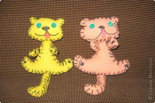 Работы двух подружек Сони и Алины ( 2 кл). Тигрята сшиты из вафельной ткани. фото 1