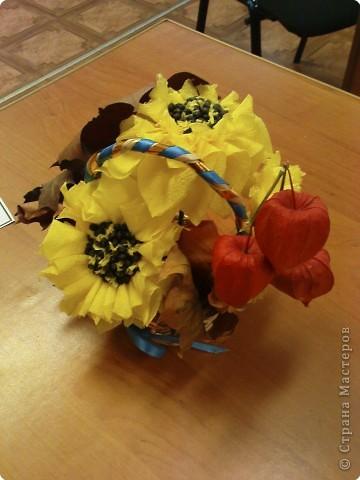 Вот такие подсолнушки мы придумали в технике торцевание по пластилину, а серединку выложили настоящими семенами подсолнуха. Детям очень понравилось, с этой работой справлялись даже дети детского сада. фото 2