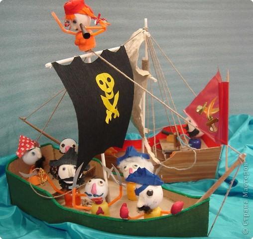 На нашем классном море – штиль. Устали мы от всяких конкурсов, открытых уроков и других ответственных мероприятий и решили отдохнуть …перед дальнейшими кровопролитными битвами. Мальчики пиратские корабли сделали, а девочки пиратиков и пираток … И … УРАААААА!!!!!  НА  АБОРДАЖ !!!!! фото 1