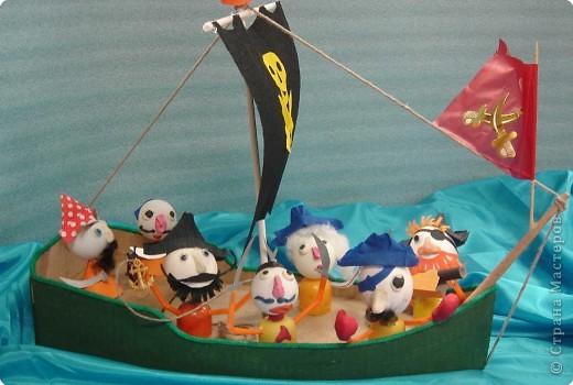 На нашем классном море – штиль. Устали мы от всяких конкурсов, открытых уроков и других ответственных мероприятий и решили отдохнуть …перед дальнейшими кровопролитными битвами. Мальчики пиратские корабли сделали, а девочки пиратиков и пираток … И … УРАААААА!!!!!  НА  АБОРДАЖ !!!!! фото 2