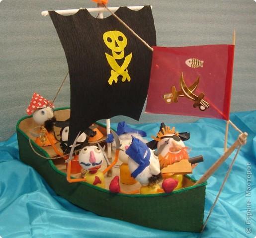 На нашем классном море – штиль. Устали мы от всяких конкурсов, открытых уроков и других ответственных мероприятий и решили отдохнуть …перед дальнейшими кровопролитными битвами. Мальчики пиратские корабли сделали, а девочки пиратиков и пираток … И … УРАААААА!!!!!  НА  АБОРДАЖ !!!!! фото 4