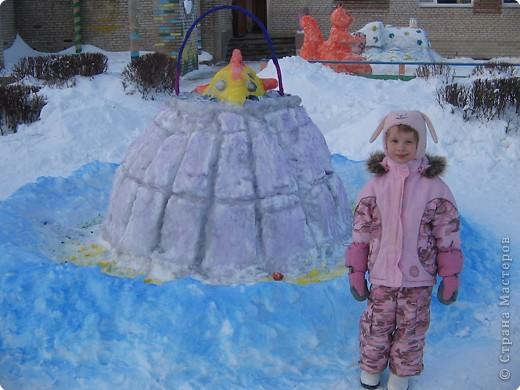 В нашем садике прошел конкурс на лучшую постройку из снега. Наверняка многим родителям это знакомо.. Наши все приступили к работе с большим энтузиазмом и вот результаты. Получилось все так красиво и ярко , что все жители ходили фотографироваться , как на выставку :-)   ваза с фруктами фото 11