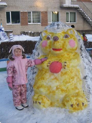 В нашем садике прошел конкурс на лучшую постройку из снега. Наверняка многим родителям это знакомо.. Наши все приступили к работе с большим энтузиазмом и вот результаты. Получилось все так красиво и ярко , что все жители ходили фотографироваться , как на выставку :-)   ваза с фруктами фото 13