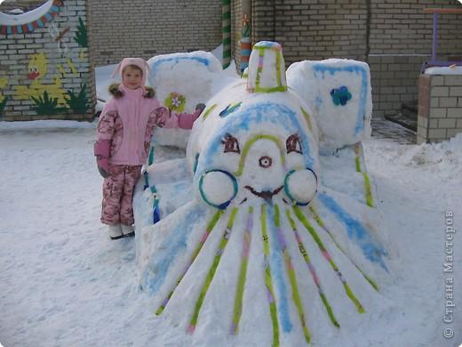 В нашем садике прошел конкурс на лучшую постройку из снега. Наверняка многим родителям это знакомо.. Наши все приступили к работе с большим энтузиазмом и вот результаты. Получилось все так красиво и ярко , что все жители ходили фотографироваться , как на выставку :-)   ваза с фруктами фото 14