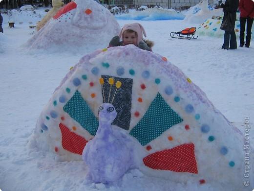 В нашем садике прошел конкурс на лучшую постройку из снега. Наверняка многим родителям это знакомо.. Наши все приступили к работе с большим энтузиазмом и вот результаты. Получилось все так красиво и ярко , что все жители ходили фотографироваться , как на выставку :-)   ваза с фруктами фото 18