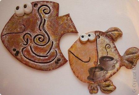 """Обе кофейные.  В этот раз пробовала на тесте технику """"вытынанка"""")))))))))) Здесь фантазия может разгуляться!! Попробуйте! Ну а я для себя выбрала вот такую чашечку кофе, которую подсмотрела у  babayaga67 в ее красивой работе  https://stranamasterov.ru/node/47504?ftid=  И тоже всех приглашаю на чашечку кофе! Маленькая рыбка - декупаж, нашла красивые салфеточки.  фото 1"""