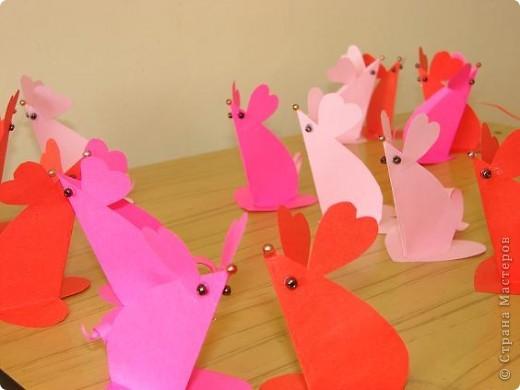 Эти мышки - валентинки 2 - классники приготовили  в подарок родителям на День Валентина. Идею взяли из интернета.       фото 1