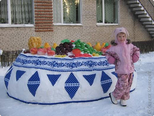 В нашем садике прошел конкурс на лучшую постройку из снега. Наверняка многим родителям это знакомо.. Наши все приступили к работе с большим энтузиазмом и вот результаты. Получилось все так красиво и ярко , что все жители ходили фотографироваться , как на выставку :-)   ваза с фруктами фото 1