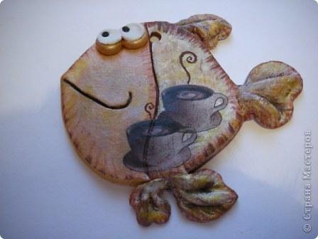 """Обе кофейные.  В этот раз пробовала на тесте технику """"вытынанка"""")))))))))) Здесь фантазия может разгуляться!! Попробуйте! Ну а я для себя выбрала вот такую чашечку кофе, которую подсмотрела у  babayaga67 в ее красивой работе  https://stranamasterov.ru/node/47504?ftid=  И тоже всех приглашаю на чашечку кофе! Маленькая рыбка - декупаж, нашла красивые салфеточки.  фото 15"""