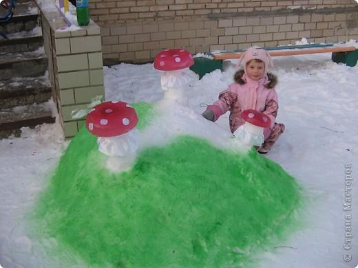 В нашем садике прошел конкурс на лучшую постройку из снега. Наверняка многим родителям это знакомо.. Наши все приступили к работе с большим энтузиазмом и вот результаты. Получилось все так красиво и ярко , что все жители ходили фотографироваться , как на выставку :-)   ваза с фруктами фото 5