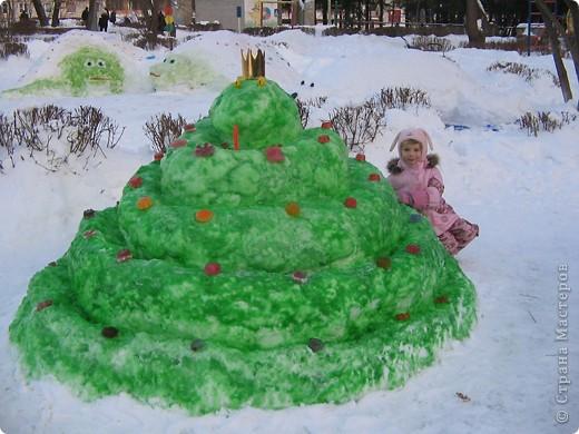 В нашем садике прошел конкурс на лучшую постройку из снега. Наверняка многим родителям это знакомо.. Наши все приступили к работе с большим энтузиазмом и вот результаты. Получилось все так красиво и ярко , что все жители ходили фотографироваться , как на выставку :-)   ваза с фруктами фото 8
