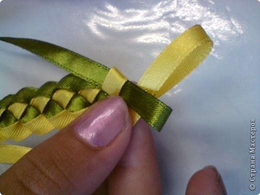 Летом девочки 6 класса научились плести браслеты. И на первом же уроке поделились с классом своим умением...  фото 10