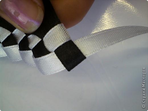 Летом девочки 6 класса научились плести браслеты. И на первом же уроке поделились с классом своим умением...  фото 15