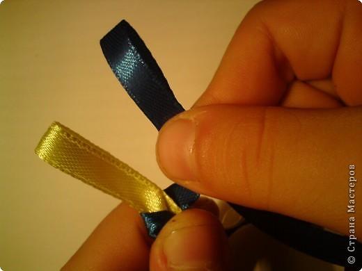 Летом девочки 6 класса научились плести браслеты. И на первом же уроке поделились с классом своим умением...  фото 7