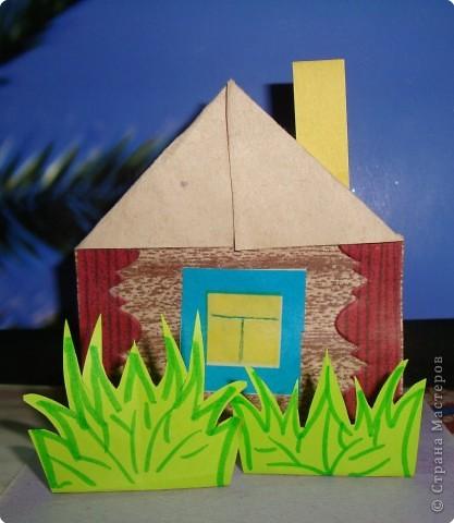 Домик моделируется из прямоугольника. Отгибаем полоску внизу (фундамент, на который потом клеится дом) затем загибаются уголки получается  крыша и дом готов! Остается только  дополнить деталями (окно, труба). фото 1