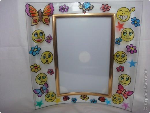 Подарили дочке рамку. Она была прозрачная и скучная. Подумали-подумали и решили украсить галереей смайликов,звездочек, бабочек и цветочков.