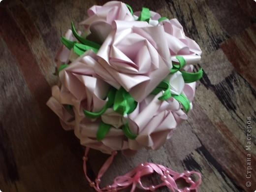 Розовые розы, белые бутоны  фото 1