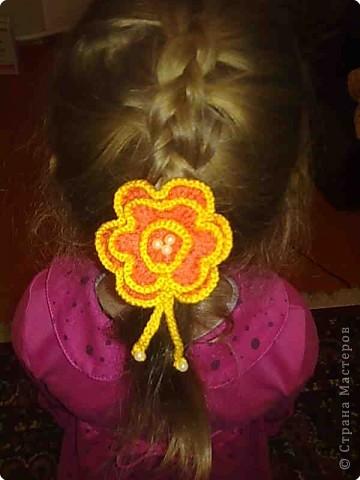 Связала крючком розочку, украсила бусинками, пришила к обычной резинке для волос - вот что получилось  фото 2