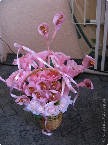 Я хочу рассказать вам как делать некоторые цветы из конфет. фото 28