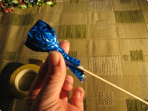 Я хочу рассказать вам как делать некоторые цветы из конфет. фото 15