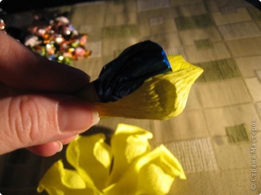 Я хочу рассказать вам как делать некоторые цветы из конфет. фото 23