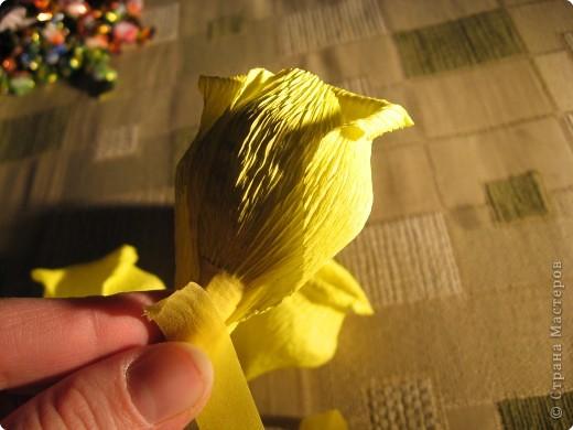Я хочу рассказать вам как делать некоторые цветы из конфет. фото 24