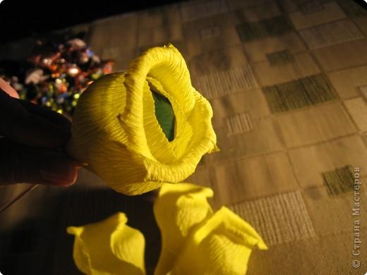 Я хочу рассказать вам как делать некоторые цветы из конфет. фото 25