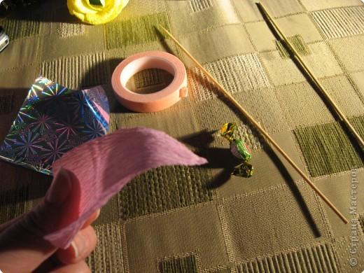 Я хочу рассказать вам как делать некоторые цветы из конфет. фото 8